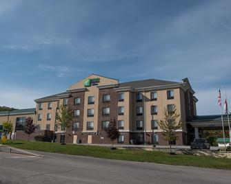 Holiday Inn Express Hotel & Suites in North East (Erie) - North East - Edificio