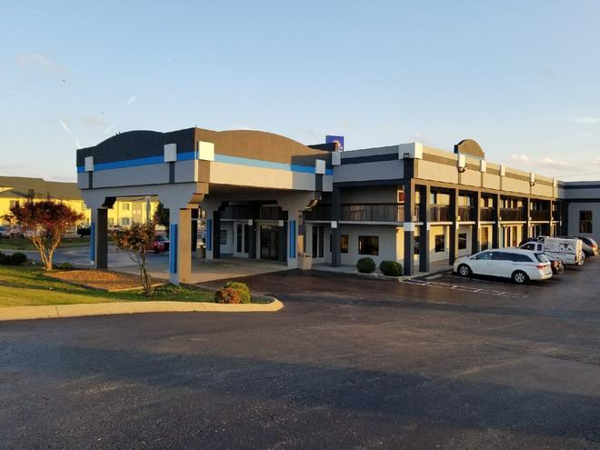 Gateway Inn and Suites - Clarksville - Building