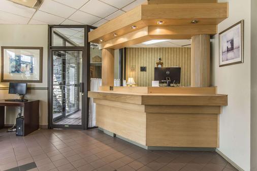 Quality Hotel & Suites - Sherbrooke - Front desk