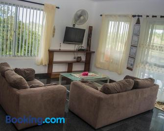 Holiday Home Self Catering - Бе-Лазар Має - Living room