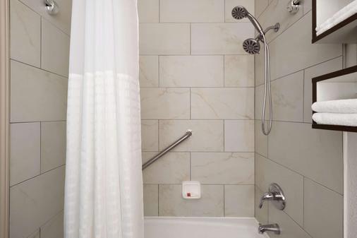 Howard Johnson by Wyndham, Appleton - Appleton - Bathroom