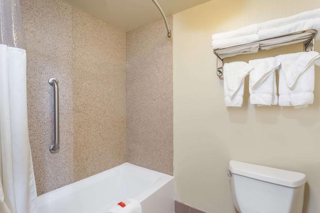 Days Inn by Wyndham Hershey - Hershey - Bathroom