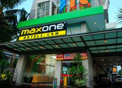 Maxone Hotels at Malang - Malang - Rakennus