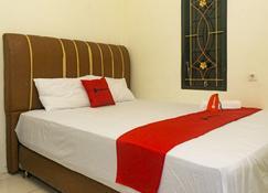 RedDoorz Near Sentani Airport Jayapura - Jayapura - Camera da letto