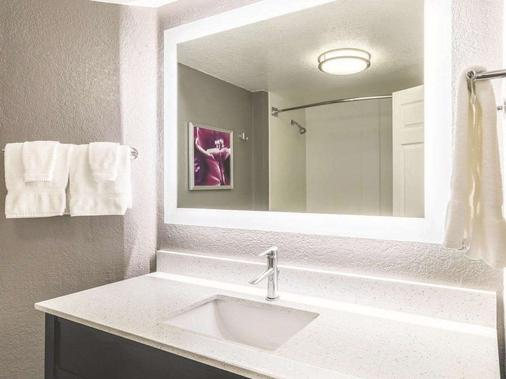 La Quinta Inn & Suites by Wyndham Austin Airport - Austin - Bathroom
