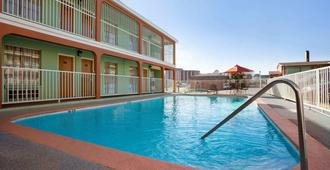Super 8 by Wyndham Austin Downtown/Capitol Area - Austin - Pool