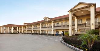 Days Inn & Suites by Wyndham Houston Hobby Airport - יוסטון