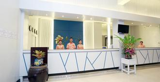 Days Inn by Wyndham Patong Beach Phuket - Patong - Front desk
