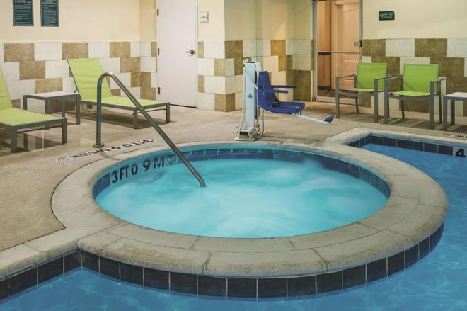 La Quinta Inn & Suites by Wyndham Dallas South-DeSoto - DeSoto - Piscina