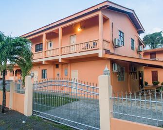 Lesville Tobago - Crown Point - Gebäude