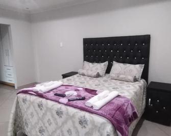 Rest Camp Lodge - Manzini - Bedroom