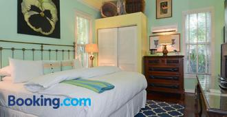 Pineapple Point Guesthouse & Resort - Gay Men's Resort - Fort Lauderdale - Schlafzimmer