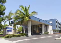 Travelodge Inn & Suites by Wyndham Anaheim on Disneyland Dr - Anaheim - Rakennus