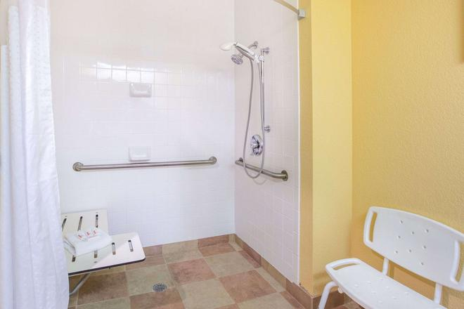 Ramada by Wyndham Maggie Valley - Maggie Valley - Bathroom