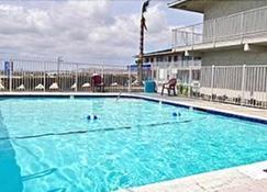 Hilltop Inn & Suites - Victorville - Pool