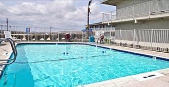 Hilltop Inn & Suites - Victorville - Havuz