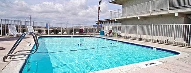 Hilltop Inn & Suites - Victorville - Pool