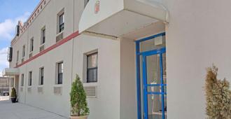 Super 8 By Wyndham Long Island City Lga Hotel - Queens - Building