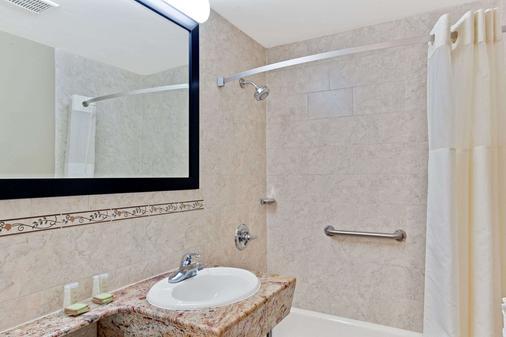 Super 8 By Wyndham Long Island City Lga Hotel - Queens - Bathroom