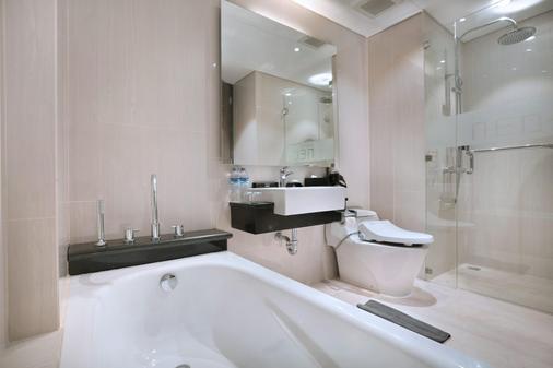 Hotel Neo+ Kuta Legian - Kuta - Bathroom