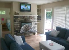Sand and Sea Cottage - Roberts Creek - Living room