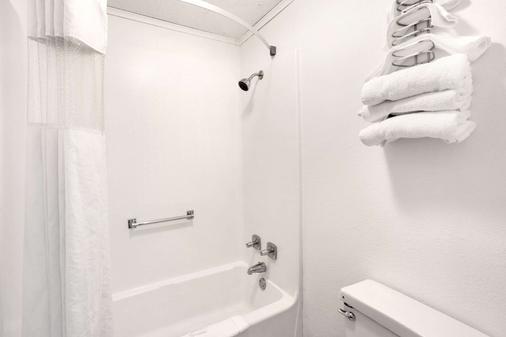 Howard Johnson by Wyndham, Wilmington - Wilmington - Bathroom