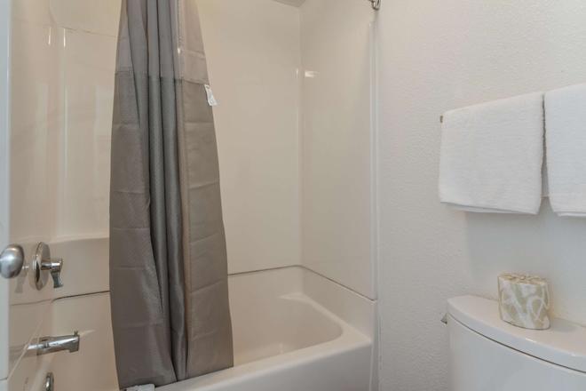 Motel 6 - 紐波特紐斯 - 紐波特紐斯 - 紐波特紐斯 - 浴室