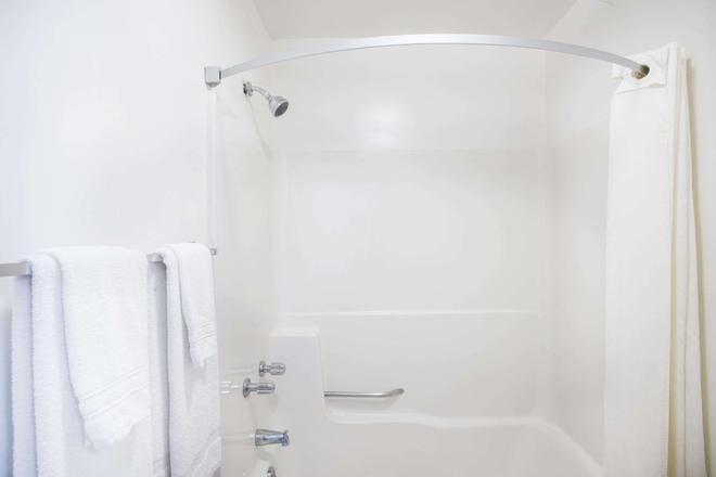 Travelodge by Wyndham Lake George NY - Lake George - Bathroom