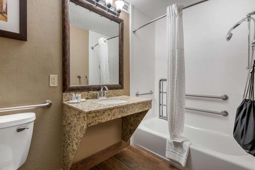 Comfort Suites - Springfield - Bathroom