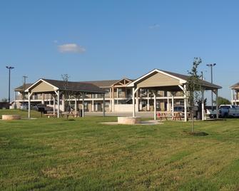 Eagle's Den Suites At Kenedy - Kenedy - Building