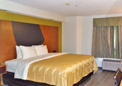 Quality Inn and Suites Raleigh North - Raleigh - Phòng ngủ