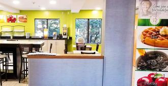 Quality Inn and Suites Raleigh North - Raleigh - Front desk