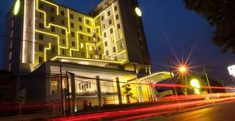 Yello Hotel Jemursari - סוראבאיה