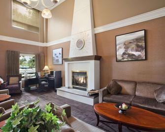 Travelodge by Wyndham Sudbury - Sudbury - Living room