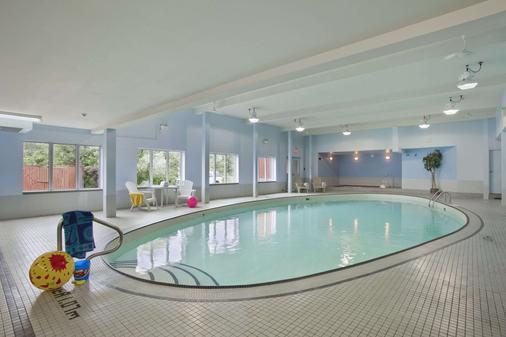 Travelodge Hotel by Wyndham Sudbury - Sudbury - Uima-allas