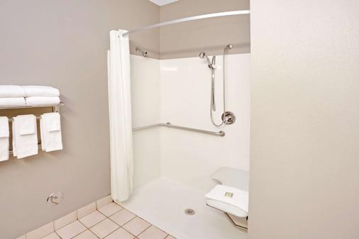 Super 8 by Wyndham South Bend - South Bend - Bathroom