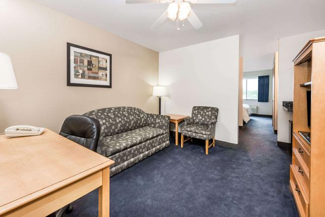 Baymont by Wyndham Indianapolis Northeast - Indianapolis - Living room