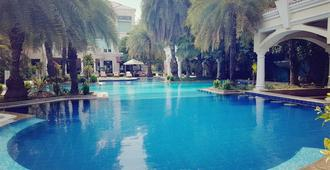 The Palms - Town & Country Club - Gurgaon - Piscina