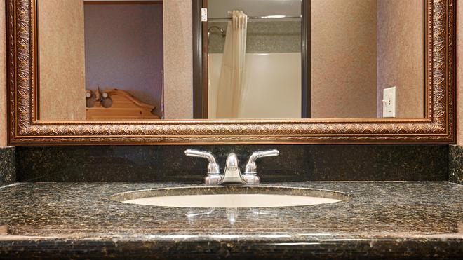 Best Western Plus Dockside Waterfront Inn - Mackinaw City - Bathroom