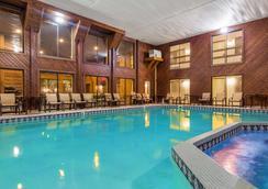 貝斯特韋斯特普拉斯碼頭海濱旅館 - 麥基諾市 - 麥基諾城 - 游泳池