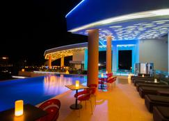 Sun & Moon, Urban Hotel - Phnom Penh - Pool