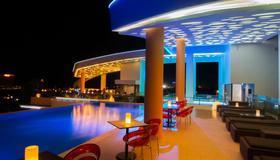太陽與月亮都市酒店 - 金邊 - 金邊 - 游泳池