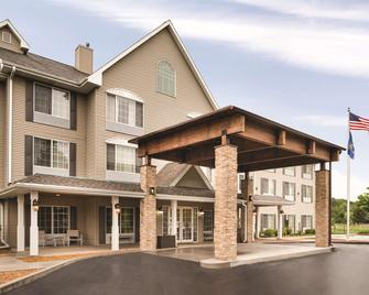 Country Inn & Suites by Radisson, West Bend, WI - West Bend - Building