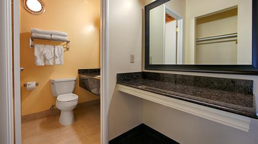 Best Western Vista Manor Lodge - Fort Bragg - Bathroom