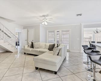 3BR Pool Home in Lutz by Tom Well IG - Lutz - Living room