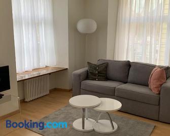 Neue renovierte 3 1/2 Zimmerwohnung bis zu 8 Gäste - Chur - Wohnzimmer
