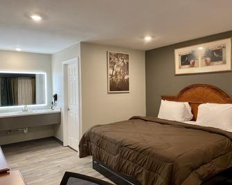 Ozark Inn & Suites - Ozark - Bedroom