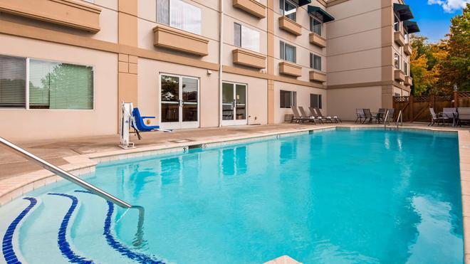 Best Western Plus Edmonds Harbor Inn - Edmonds - Pool