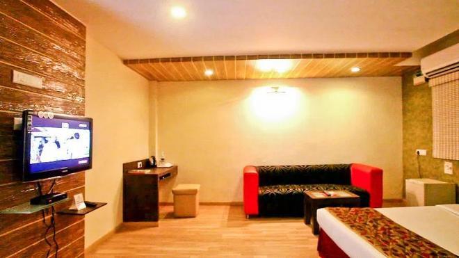 Bhimaas Temple Tree Hotel - Chennai - Living room