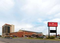 Ramada by Wyndham Topeka Downtown Hotel & Convention Center - Topeka - Rakennus